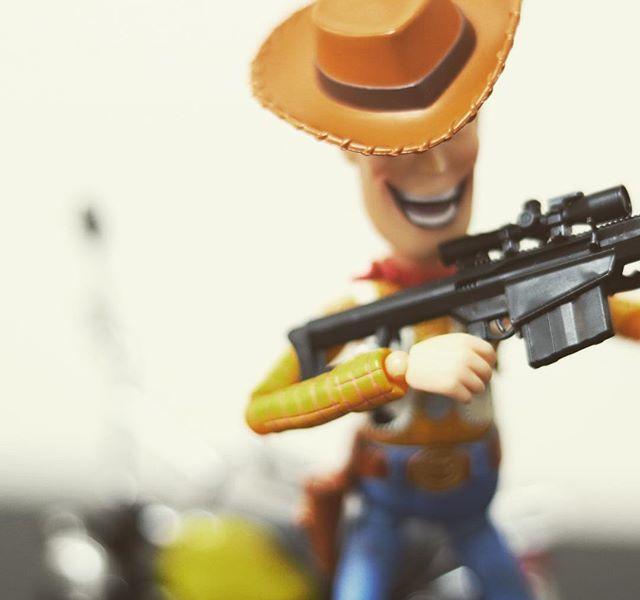 「銃を捨てろ〜。手〜上げなー」#オモ写#ウッディ#ディズニー#Disney#一眼レフ#ピクサー#pixar#ファインダー越しの私の世界#フィギュアーツ #フィギュアーツ写真部#特撮 #フィギュア #ミニチュア #figma#toysphoto#toysphotography#figure#toyplanet#9000d