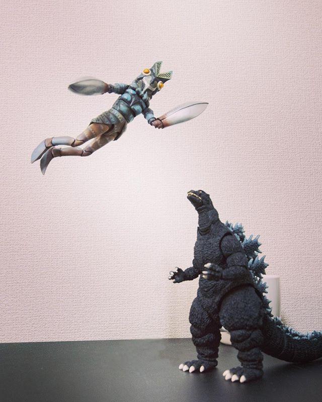 空を自由に飛びたいな♪「はい!バルタン星人!」 #オモ写#ゴジラ#Godzilla#バルタン星人#figma#一眼レフ#ファインダー越しの私の世界#フィギュア#toysphoto#toysphotography#figure#toyplanet#6D2#フィギュアーツ #フィギュアーツ写真部#フィギュア撮影友の会#特撮